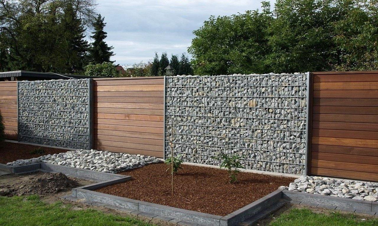 Забор из габионов и деревянных досок