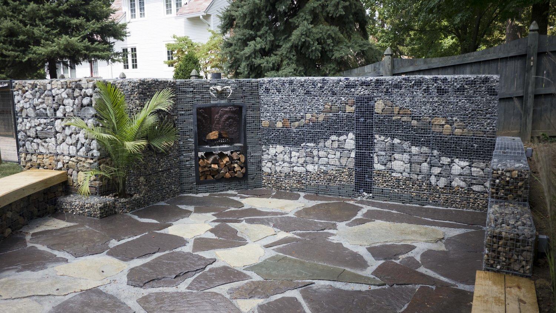 Забор из габионов со слоями камней разного цвета