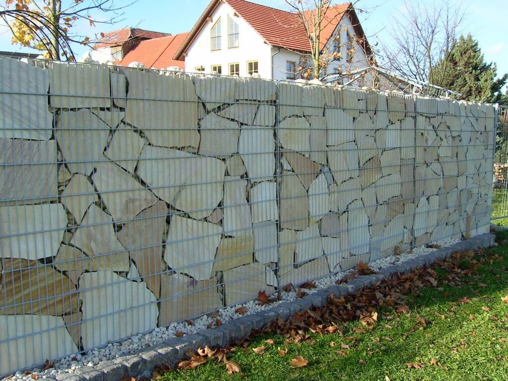 Забор из габионов, наполненных сланцем