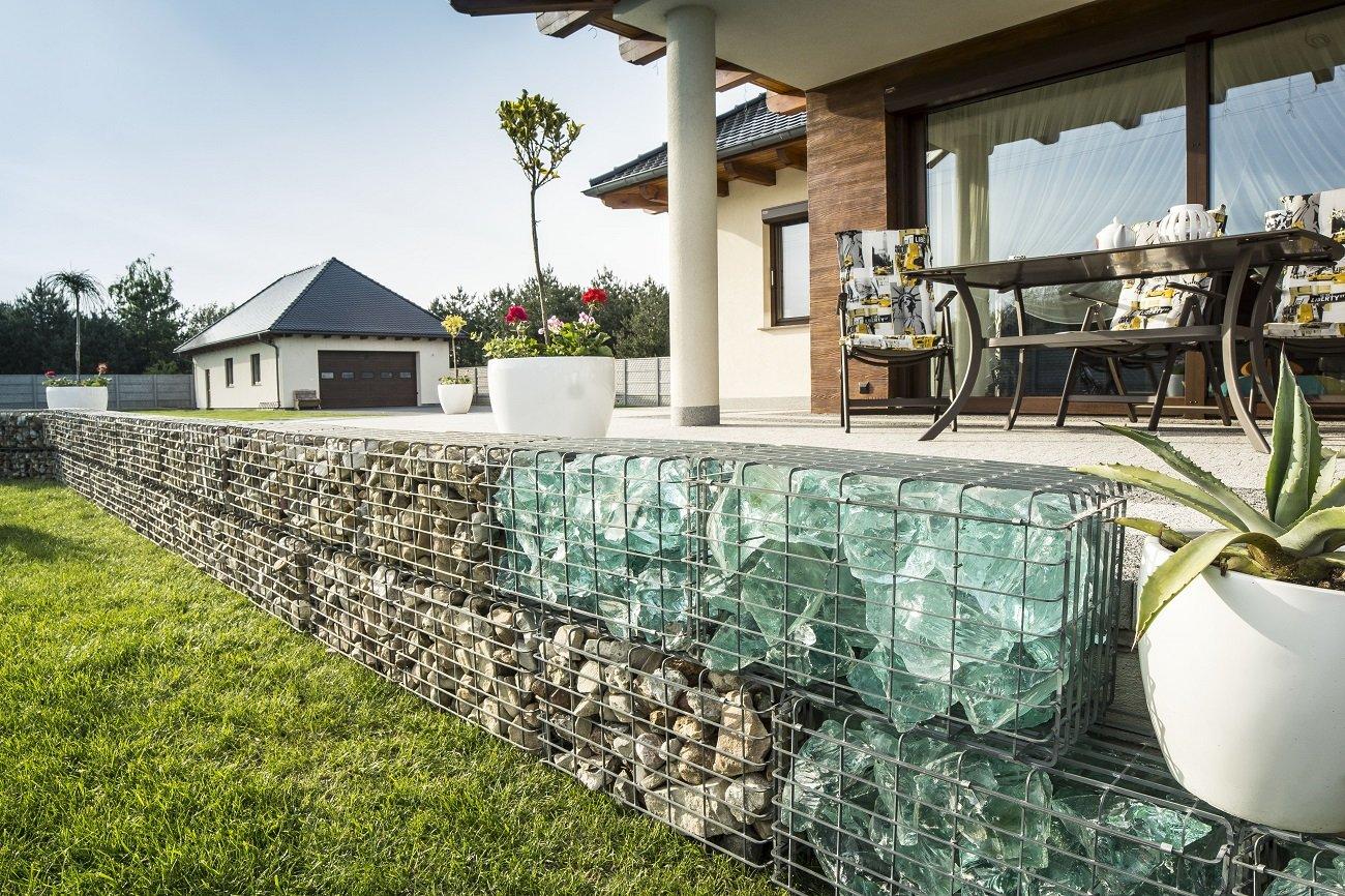 Оформление террасы дома стеклянными габионами