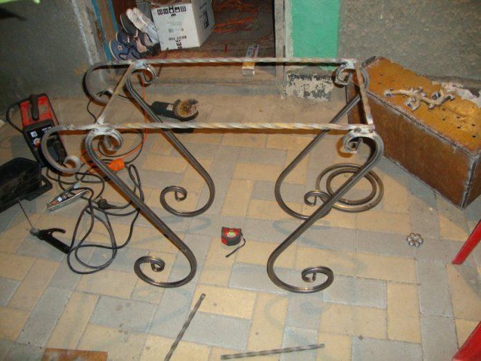 сваренная стойка с ножками под мангал