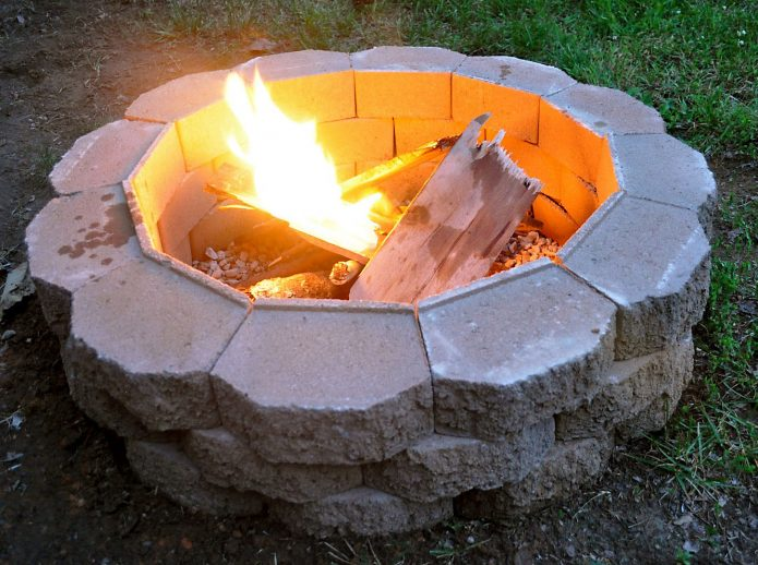 огонь в каменном мангале