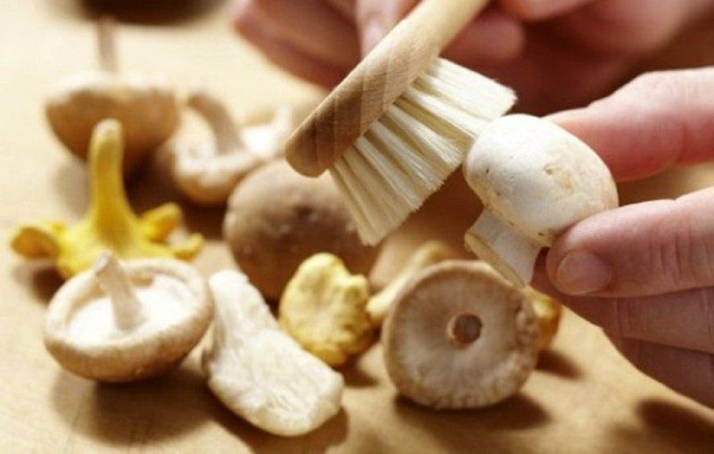 Процесс чистки грибов
