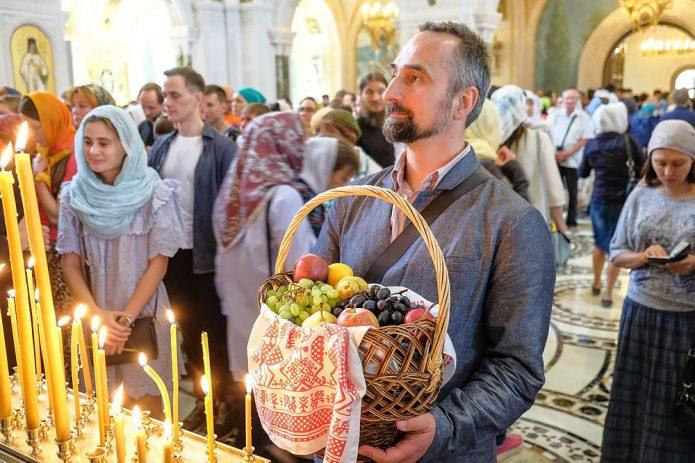 Верующие с плодами в храме