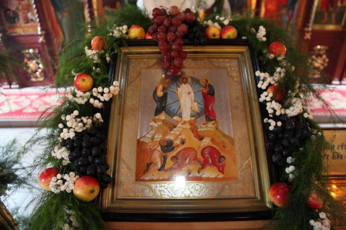 Яблоки в убранстве храма