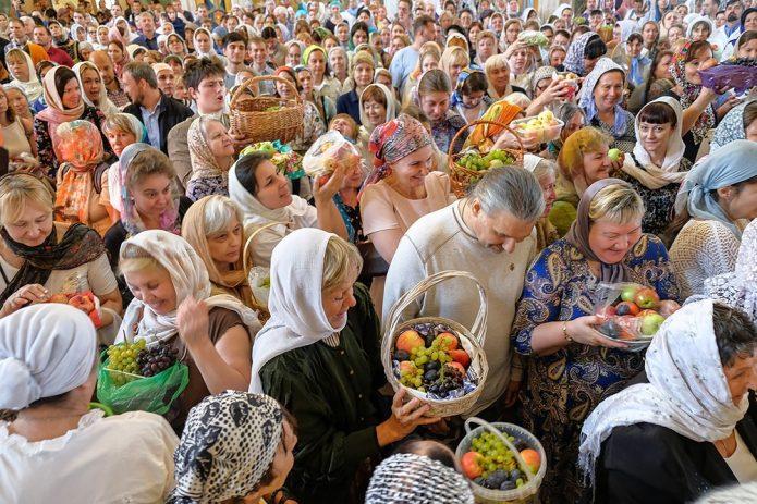 Верующие с освящёнными плодами