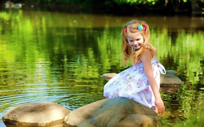 Девочка у озера