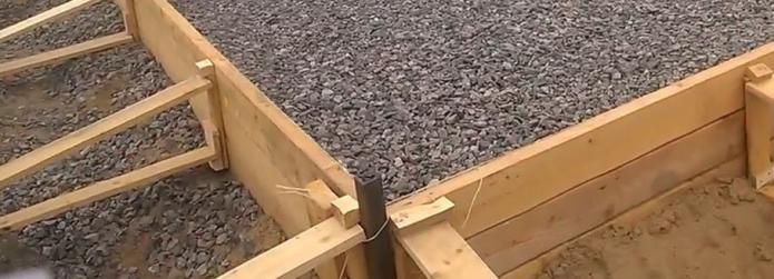 Деревянная опалубка у щебёночного основания постройки