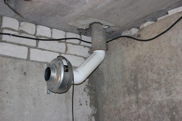 Вентиляционная труба с дефлектором