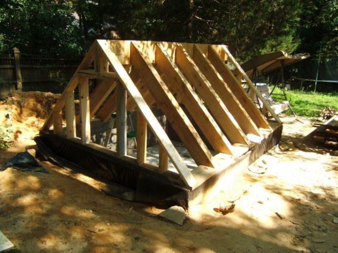 Конструкция крыши из балки, стоек и стропил