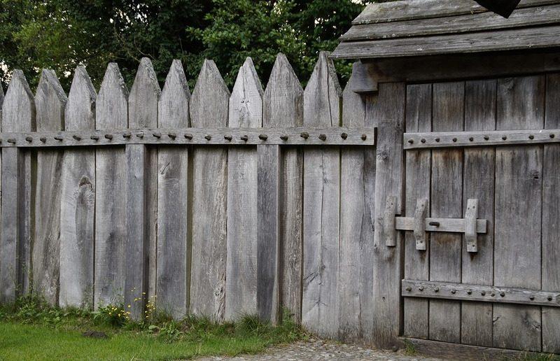 Прочный забор охраняет владения