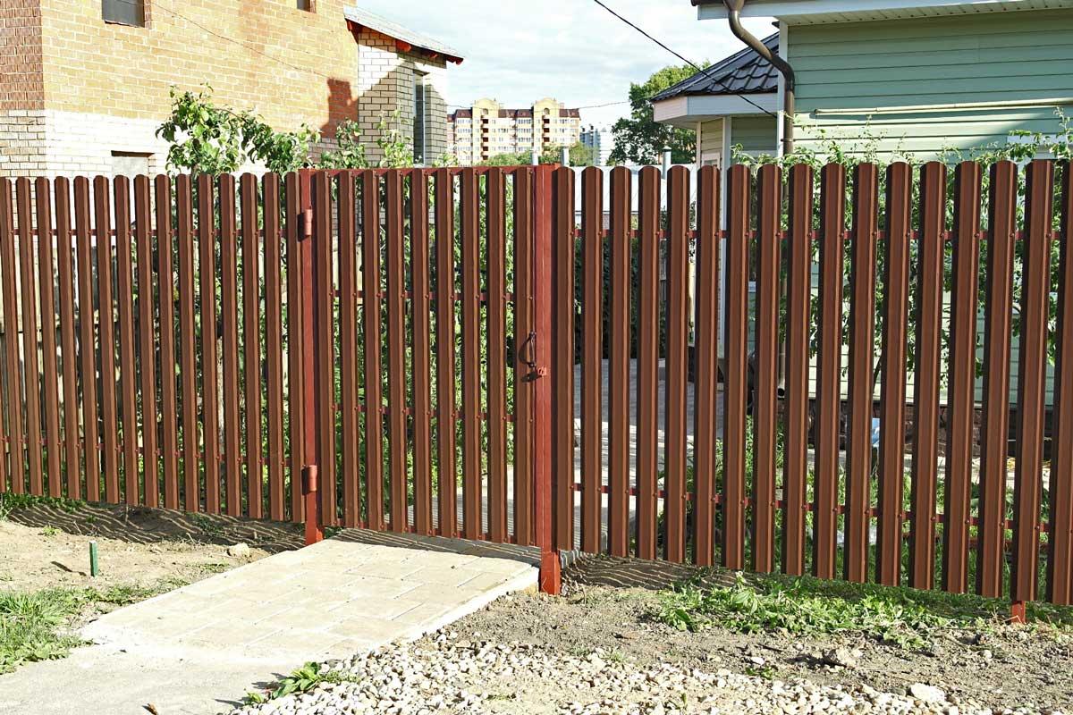 Коричневый забор из евроштакетника