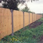 Светлый забор из деревянного штакетника