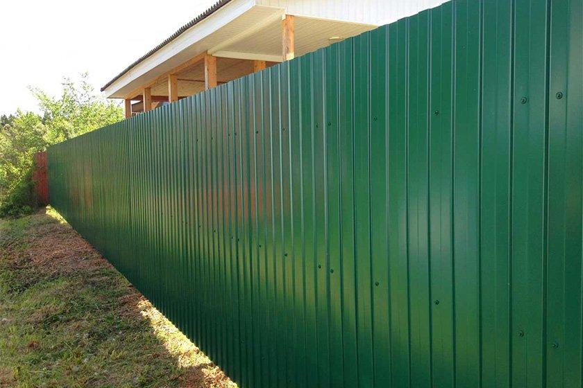 Длинный забор из профнастила