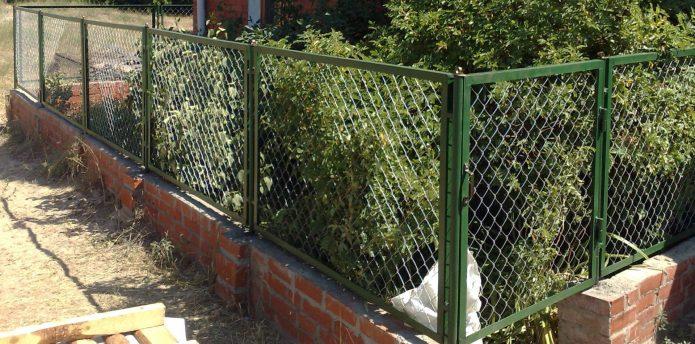 Забор из сетки-рабицы на участке