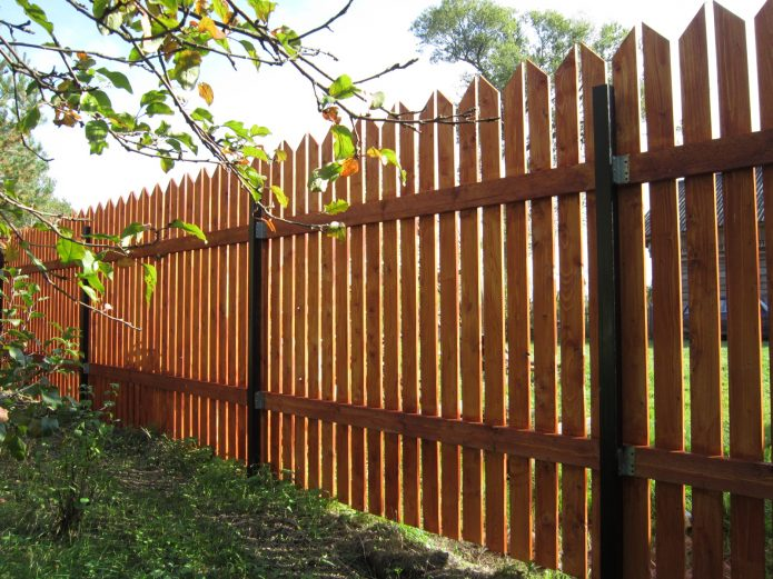 Высокий забор из деревянного штакетника