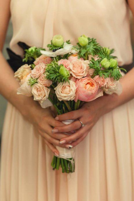 Букет из роз к розово-бежевому свадебному платью