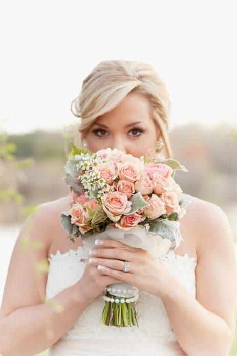 Свадебный букет из роз для невесты-блондинки