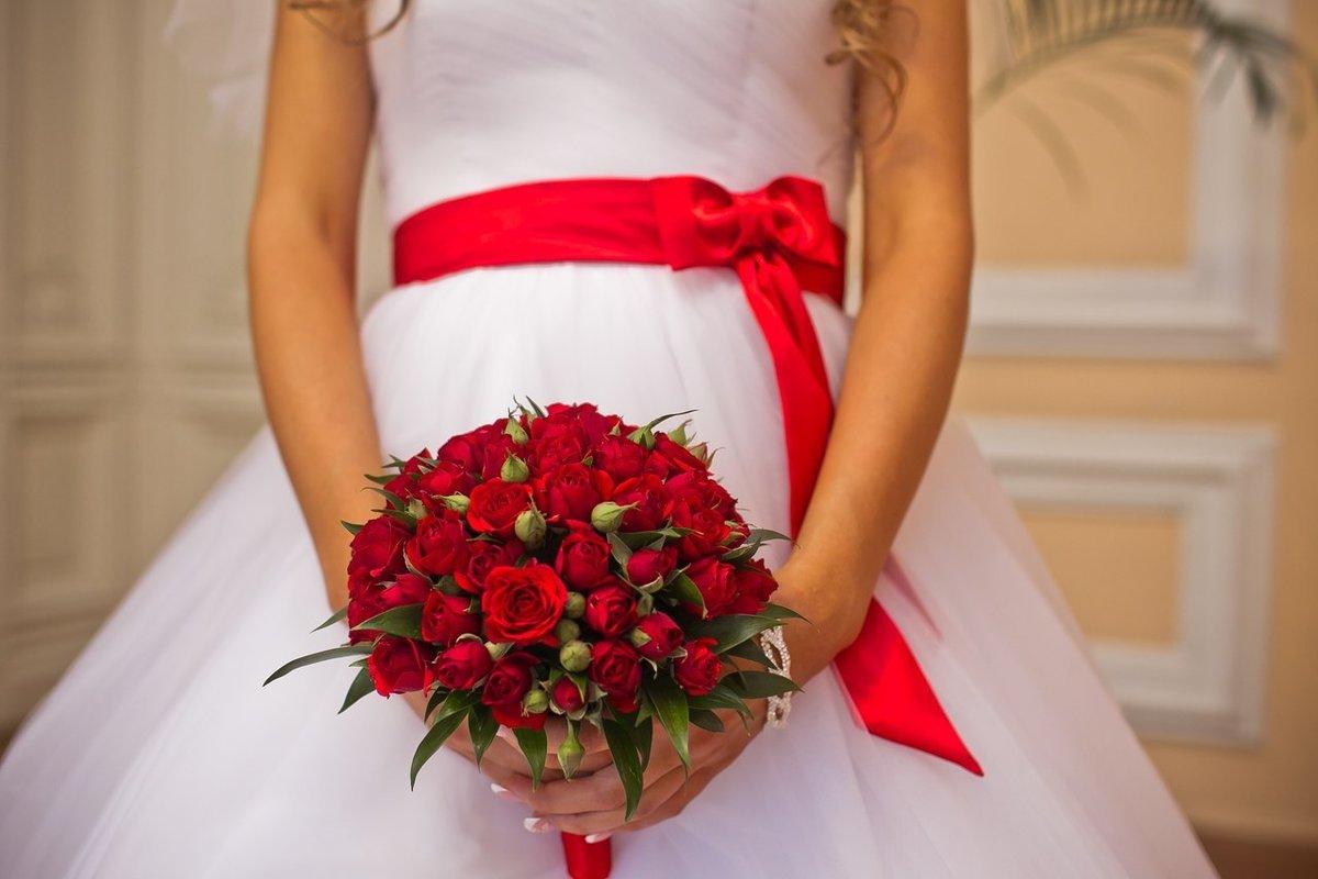 Букет, свадебный букет в бело красном цвете
