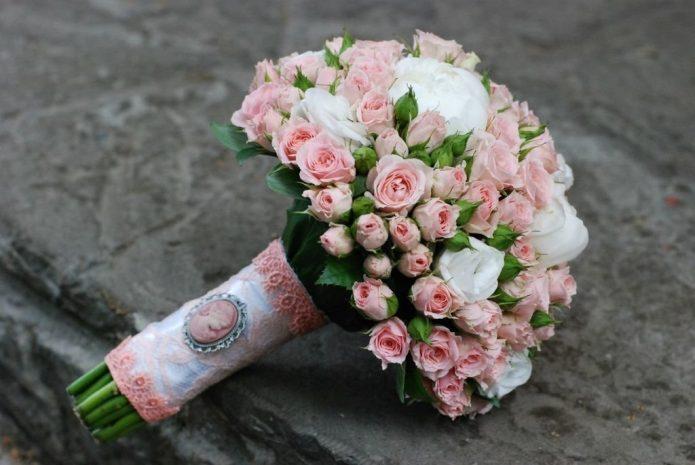 Букет невесты, декорированный кружевом и брошью