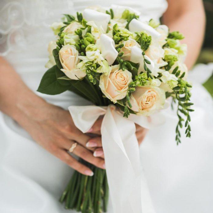 Букет невесты, декорированный зеленью