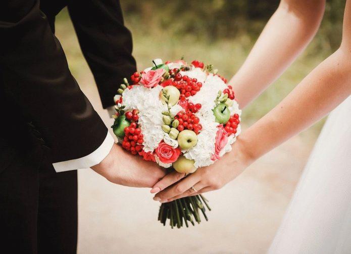 Букет невесты с ягодами и яблоками