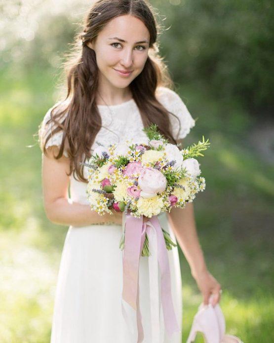 букет с ромашками и пионами для юной невесты