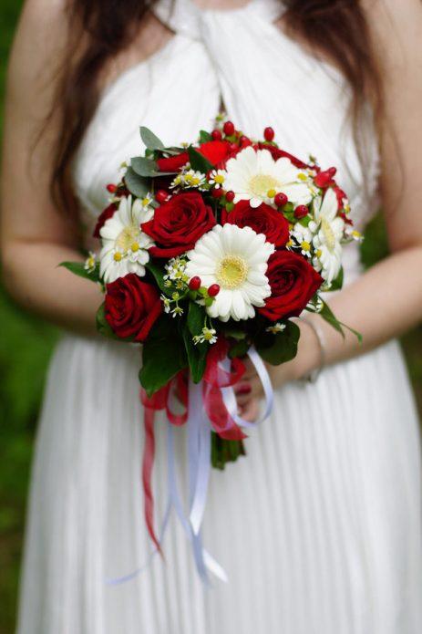 ромашки и красные розы в букете для свадьбы