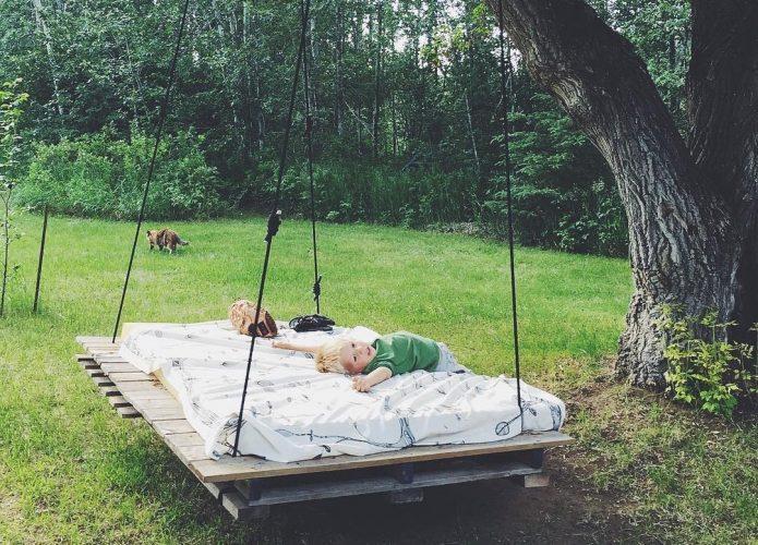 садовые качели-кровать с матрасом
