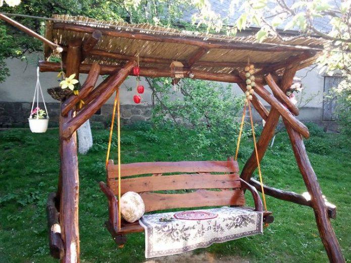 садовые качели с тентом из бамбукового мата