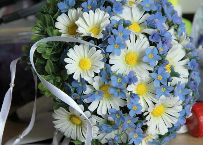 бело-голубой букет с ромашками