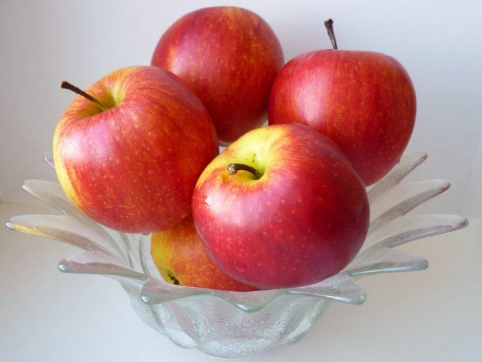 Румяные яблоки