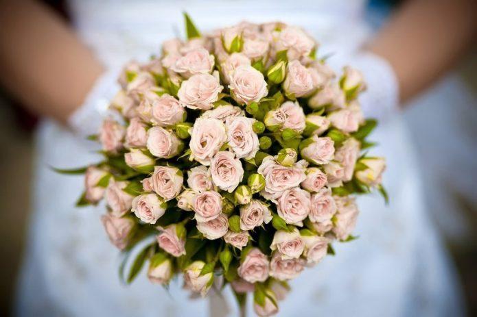 Невеста с букетом кустовых роз пастельных тонов