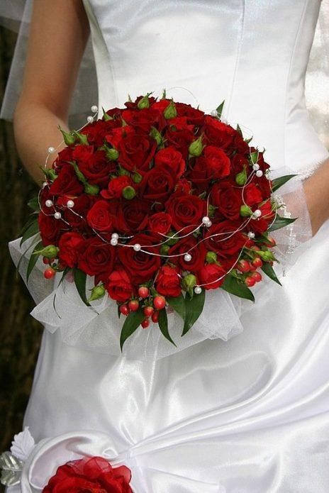 Невеста с красными кустовыми розами