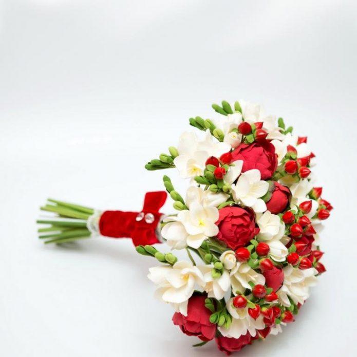 Букет кустовых роз с эустомами