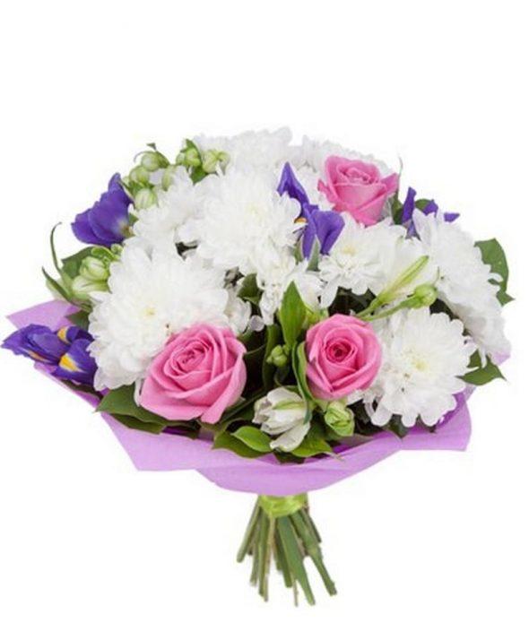 Букет кустовых роз с хризантемами и ирисами