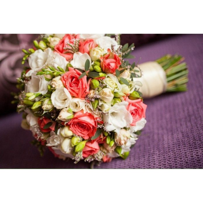 Букет из кусовых роз и фрезий