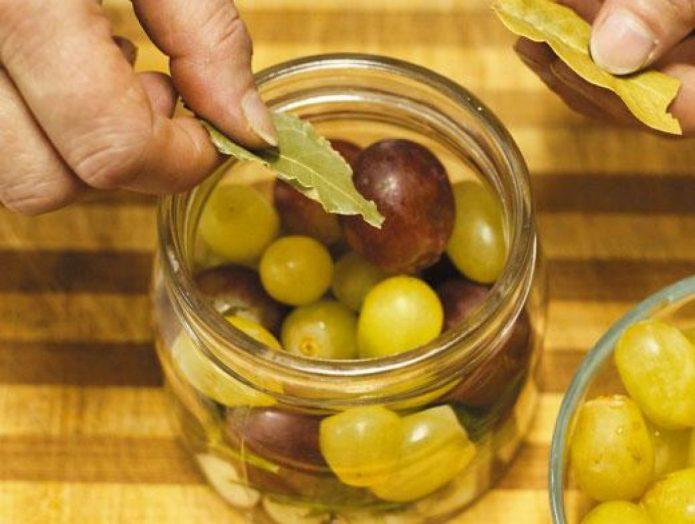 Укладка винограда и специй в банки