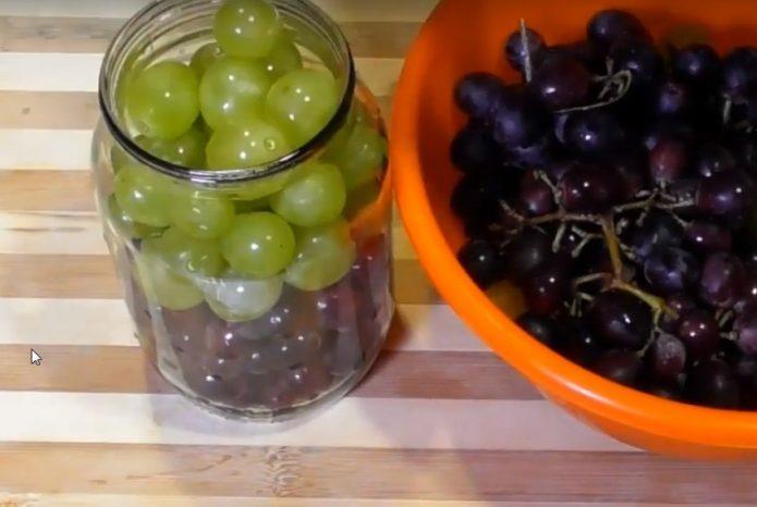 Виноград и специи в банке