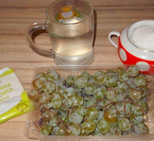 Продукты для приготовления варенья из винограда на столе