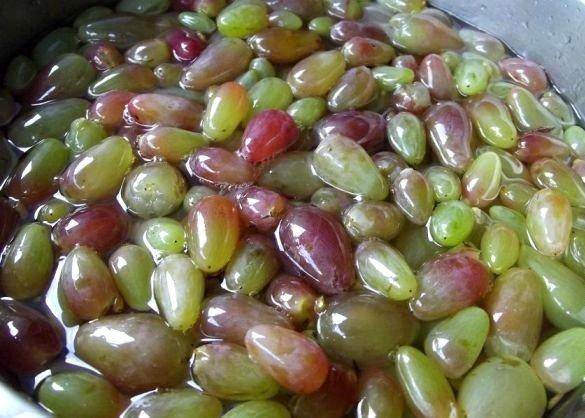 Виноградные ягоды в сахарном сиропе