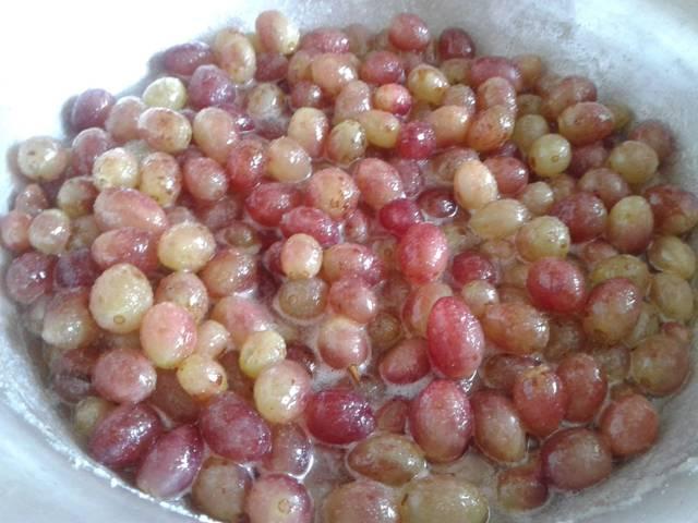 Ягоды винограда с сахаром и желирующим веществом в металлической ёмкости