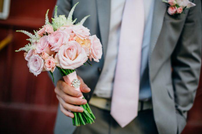 жених с букетом невесты