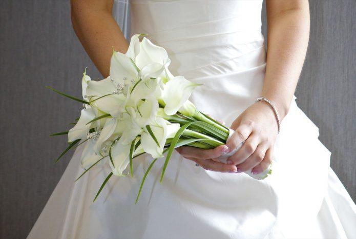 невеста держит каллы