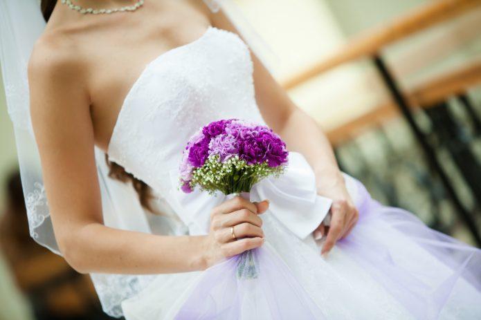 невеста с небольшим ярким букетом
