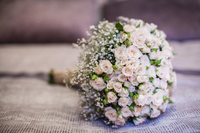букет невесты из маленьких розочек
