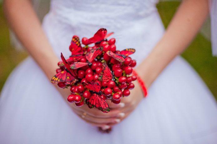 красный букет из ягод