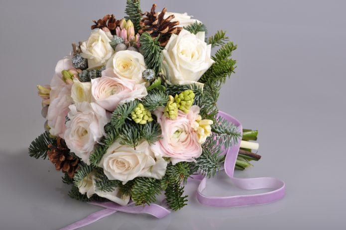 букет с розами и хвойником