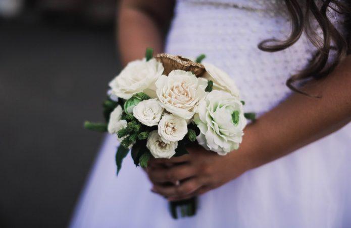 маленький белый букет невесты