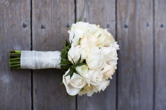 небольшой букет из белых роз